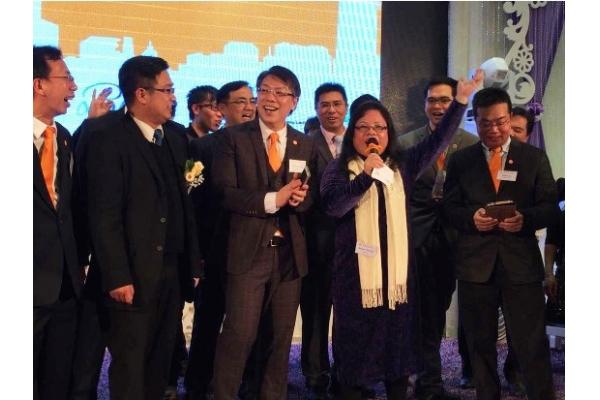 在香港網商會新年晚會發表演講。