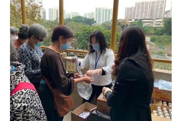 Dr Aster Chung Charity Distribute Free Masks